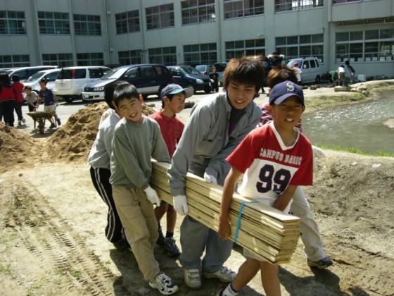 Children's participation in construction with university students, 2003. Photo: K.Ito