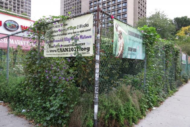 Vista parcial do LaGuardia Corner Gardens, com os cartazes contra o futuro desenvolvimento que irá eliminar o jardim. Photo: Cecilia Herzog