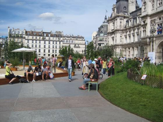 """""""Hôtel de Ville"""" - Prefeitura: áreas pavimentadas em sua frente são convertidas em demonstração de ecossistemas regionais com fins educativos july 2009). Photo: Cecilia Herzog"""