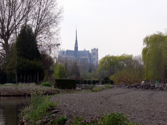 Using the banks of rivers: Hortillonnages at fall, with the Amiens cathedral in the background. Source: Wikimedia Commons