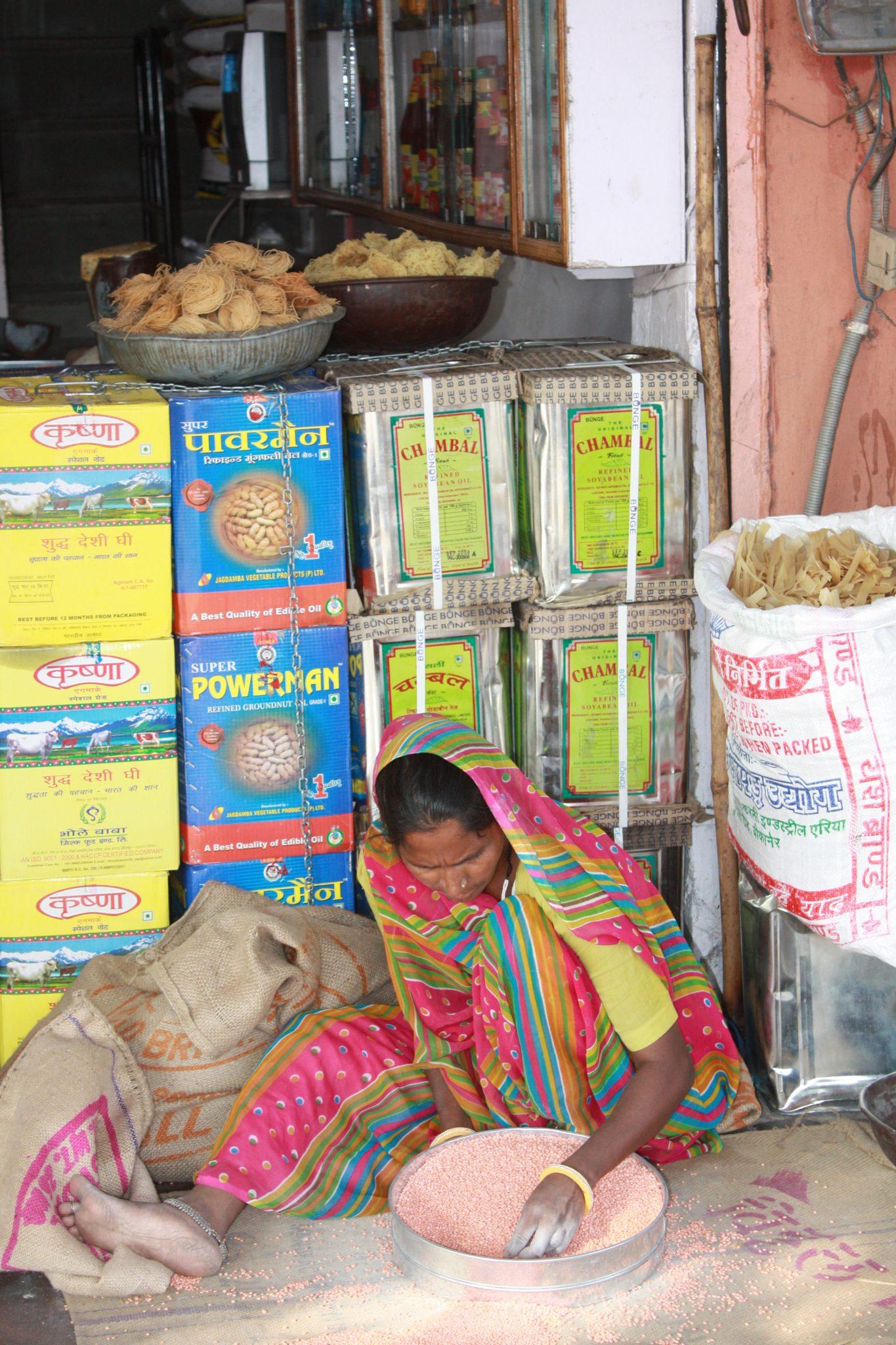 Sorting lentils, Jaipur. Photo (copyright): David Maddox
