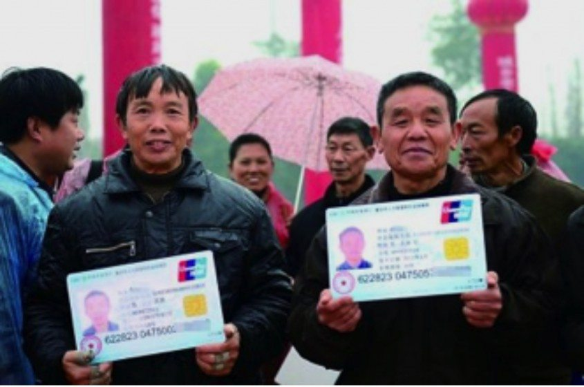 Migrant workers get their social security cards in Dazu District, Chongqing.Source: http://cq.sina.com.cn/city/cqfb/2012-12-11/48593.html