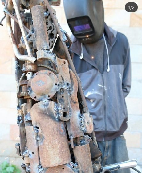 owen shikabeta creating his upcycled tree sculpture - Natrliche Hickory Holzbden
