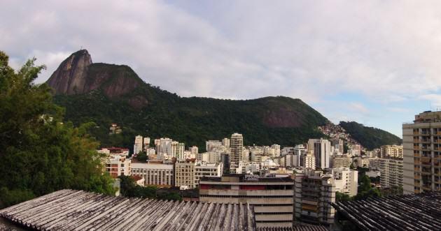 Courbes de la forêt de Tijuca en arrière-plan et du quartier de Humaitá en fond de vallée. Photo: © P. Martin