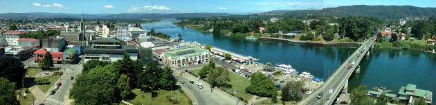 Overall view of the city of Valdivia, where is possible to see the Valdivia River, the promenade and fluvial market, the city center with the cathedral, the coastal mountain at the right and the wetland areas at the far left. Photos: Paula Villagra