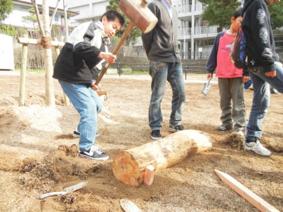 Children participating in the restoration, using the wood that used be this park. Photo: Keitaro Ito