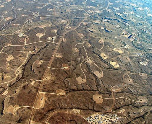 Fracking site in Wyoming, USA with four dispersed oil pads per km2. Obtained at http://blog.ucsusa.org