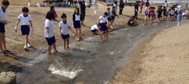 Children came into the fishway and thinking how to use the stones for the ecosystem near the river mouth, 2012. Photo: Keitaro ITO